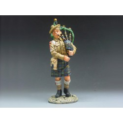 EA002 Scottish Bagpiper